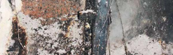 Pohled do dutiny stěny po 120 minutách požáru – vysypaná celulóza je stále plamenem netknutá