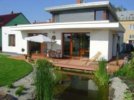 Woodplastic®  terasa u domu s jezírkem