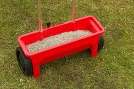 Mechanické hnojení minerálním hnojivem