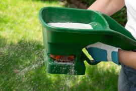Hnojení ručním rozmetadlem