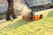 Rozšmelcovanou trávu je možné ponechat na ploše jako přirozené hnojivo