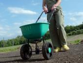 Hnojení právě oseté travní plochy, následovat bude vydatná zálivka