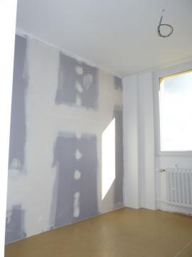 Pro eliminaci akustických mostů bylo zakryto i stoupací potrubí topení. Na stěnách desky Diamant.