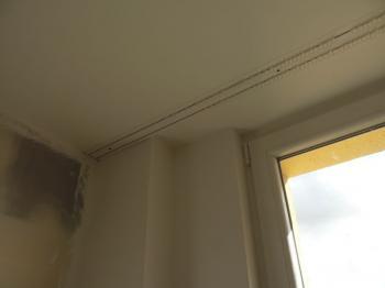 Výška nadpraží oken limitovala maximální tloušťku podhledu z desek silentboard. Garniž pro záclony je opět kvůli mostům skryta v kastlíku z desek Silentboard.