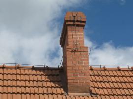 Hromosvod na střeše domu a komínu