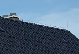 Hromosvod na hřebeni střechy