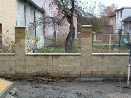 Stavba oplocení - zatím bez plotové výplně
