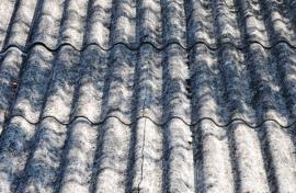 Stará vlnitá azbestocementová krytina
