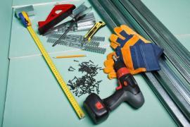 Zelené sádrokartonové desky, konstrukční profily a kotvící materiál