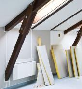 Sádrokarton se zateplovací vrstvou v kombinaci s dřevěnými trámy v podkroví