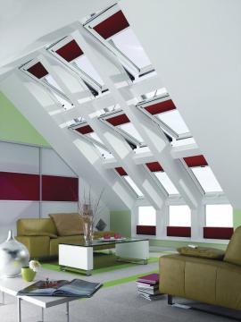Efektní sestava s výklopnými/kyvnými střešními okny Designo R8 a kyvnými modely Designo R6 RotoTronic a fasádním napojením WFA