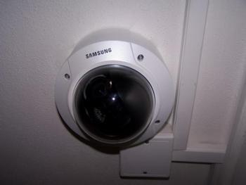 Analogová kamera Samsung pro zajištění vstupní haly do domu