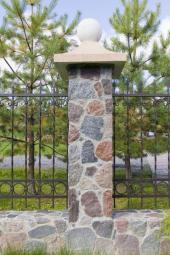 Zděná podezdívka a sloupky, obklad kameny, kované plotovky
