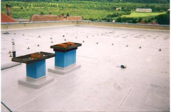 Hydroizolace ploché střechy z měkčeného plastu