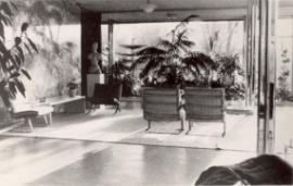 Společenské posezení před onyxovou stěnou v hlavním obytném prostoru, 30. léta, foto: Fritz Tugendhat