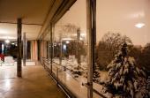 Hlavní obytný prostor, večerní atmosféra s pohledem do zasněžené zahrady