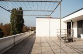 Horní terasa s pergolou a lavicí