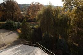 Pohled z horní terasy na schodiště zahradní terasy a do zahrady