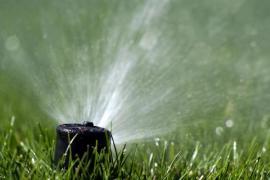 Zavlažování trávníku - zavlažovací systém je ukryt v zemi