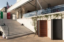 Instalace dveří Ferrero Legno ve venkovních prostorách vily Tugendhat