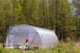 Ze severu je skleník chráněn před větrem, natočen je k čelem k jihu, čímž zajistíme dostatek světla rostlinám po celý den - delší strany jsou orientovány na východ a západ