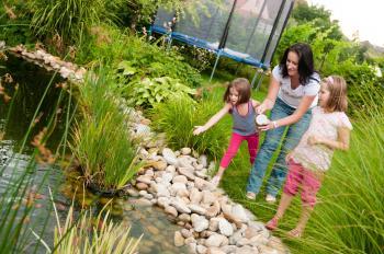 I takovou zábavu, jako je krmení rybiček, provádějte s dětmi společně, určitě se nebudou zlobit