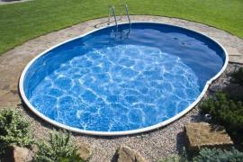 Kamenný výsyp okolo bazénu