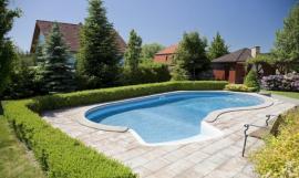 Protiskluzná dlažba okolo bazénu