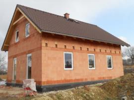 Postavený dům před realizací zateplení vnějšího pláště a fasády