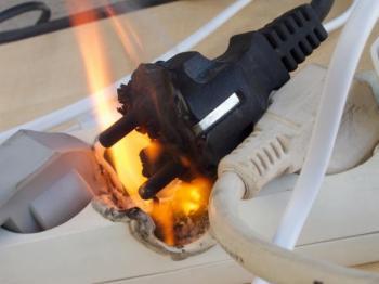 I vadný prodlužovák může způsobit požár