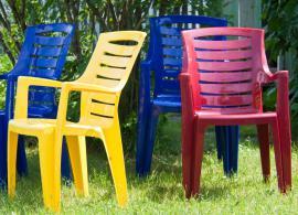 Různé barvy plastového zahradního nábytku