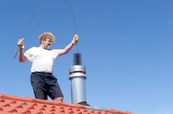 Čištění komína ze střechy