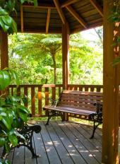 Zahradní besídka a lavičky z oceli a dřeva