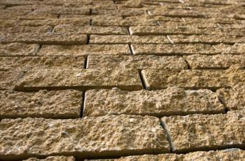 Betonový plot, povrch imitace kamene, zdění na bázi ztraceného bednění