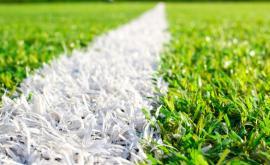 Bezvadně čistý povrch umělého trávníku