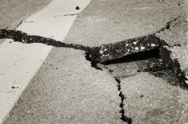 Povodní poškozená silnice