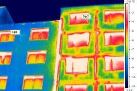 Panelový dům z poloviny zateplený a z poloviny nezateplený