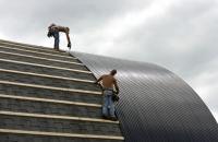 Pokládka trapézového plechu na střechu haly