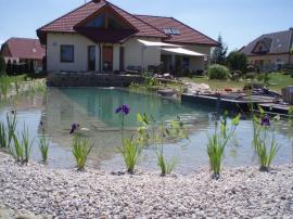 Koupací jezírko - až se rostliny příbřežní zóny rozrostou, zajistí přirozené čištění vody