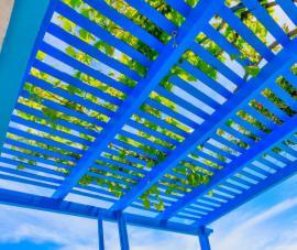 Treláž na střeše pergoly vytvořená z latí uložených kolmo na příčníky