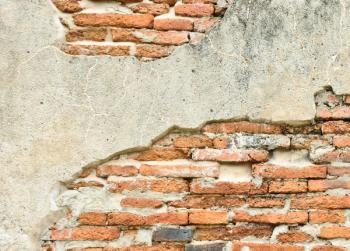Silně poškozená fasáda