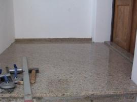 Obklad schodiště je ukončen přírodním kamenem na podlaze před vstupními dveřmi