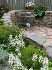Z kamení a dlažby vytvořené zákoutí k posezení
