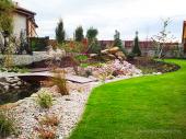 Okrasná zahrada s terasou ve svahu