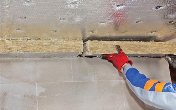 Aplikace těsnících izolačních pásů – těsnící ucpávky z obou stran dělící stěny (nutno odstranit hliníkovou folii z podkladové izolace)