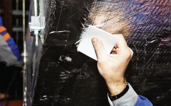 Konečné přelepování spojů, hran a okrajů izolačních desek hliníkovou lepící páskou