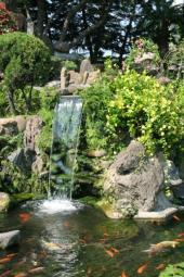 Přítok vody do jezírka - malý vodopád