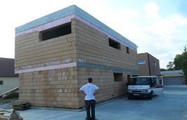 Moderní úsporný dům - kvalitní kompaktní stavba s řešenými tepelnými mosty a systémem větrání s rekuperací tepla