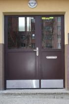 Vchodové dveře do bytového domu