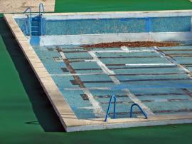 Hydroizolační stěrkou a novými obklady lze zachránit i starší bazén